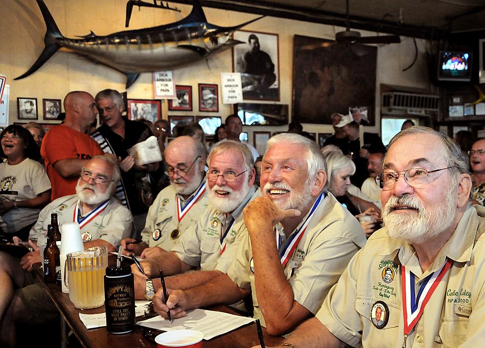 1) Конкурс двойников писателя Эрнеста Хемингуэя, под названием «Papa Look-Alike» проходит каждый год в баре Небрежного Джо в городке Ки-Уэст, штат Флорида. На снимке жюри из победителей конкурсов прошлых лет судит участников этого года. (Andy Newman/Florida Keys News Bureau via Reuters)