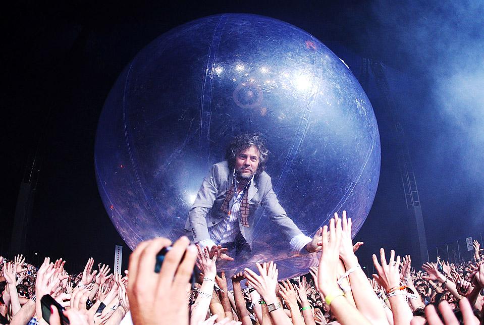 1) Уэйн Койн из альтернативной рок-группы «The Flaming Lips» во время выступления на фестивале «Belongil Fields» в Байрон-Бэй, Австралия. (Mark Metcalfe/Getty Images)