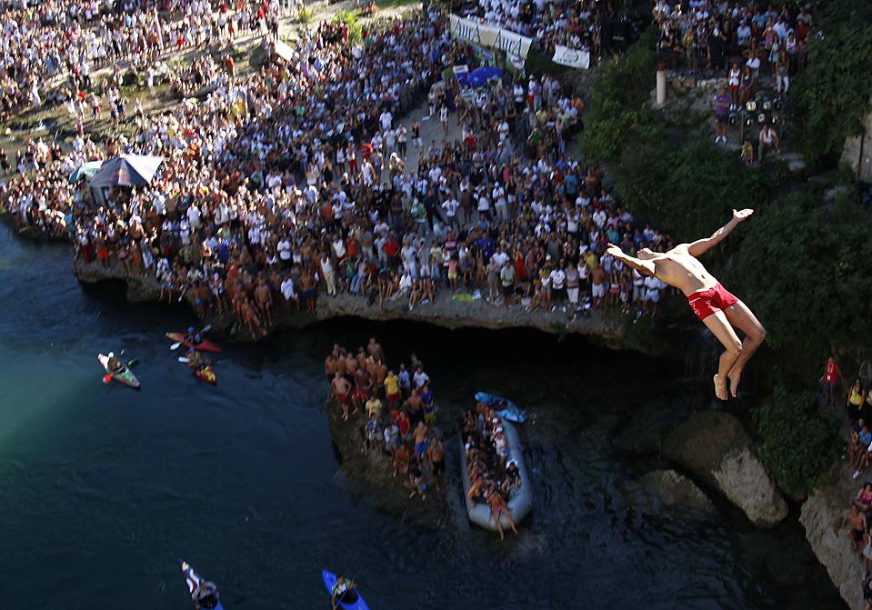 5) Человек ныряет в с моста Мостар в реку Неретва недалеко от Сараево, Босния. (Amel Emric/Associated Press)