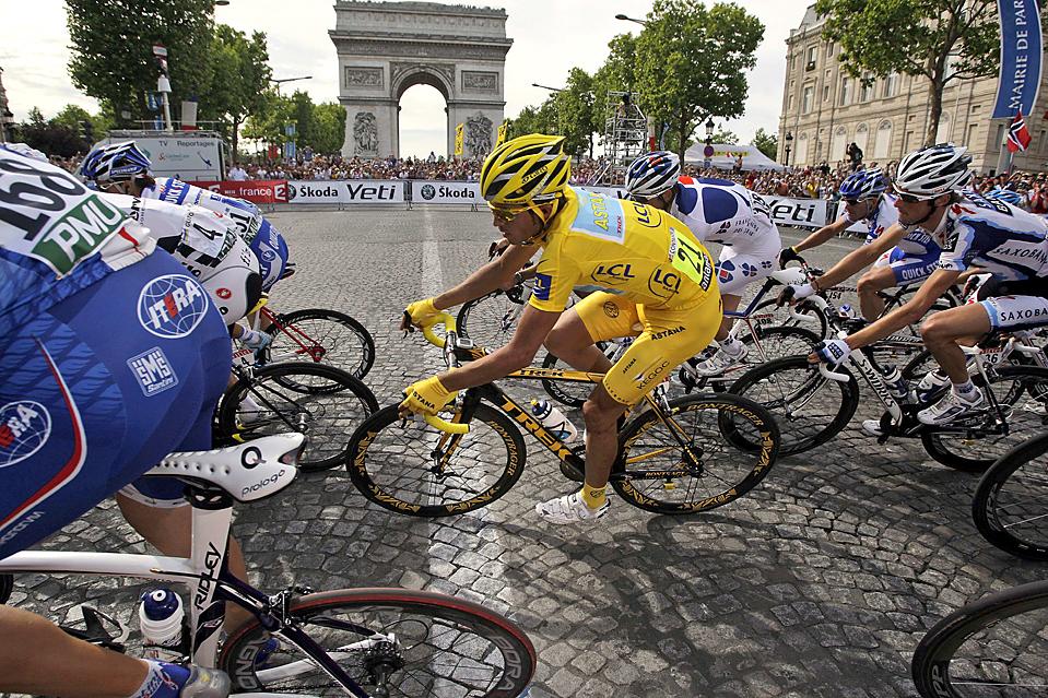 7) Испанец Альберто Контадор в желтой майке лидера проезжает мимо Триумфальной арки в Париже во время 21 этапа велогонки «Тур де Франс». Контадор выиграл велогонку во второй раз. Лэнс Армстронг отметил свое возвращение в велоспорт, прийдя к финишу третьим. (Bas Czerwinski/Associated Press)