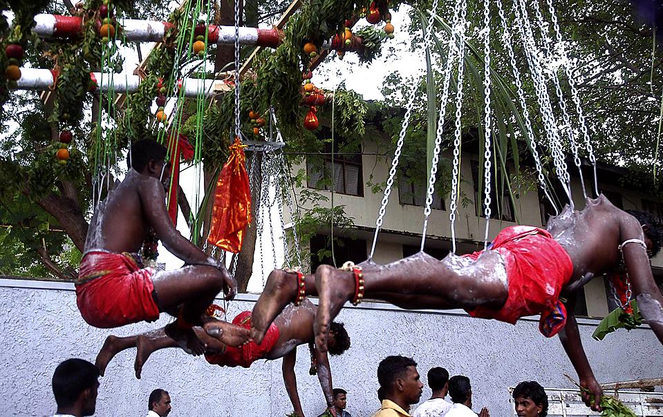 10) Индусы висят на крючках во время фестиваля Колесницы в храме Mayurapathi в Wellawattha на Шри-Ланке. (Reuters)