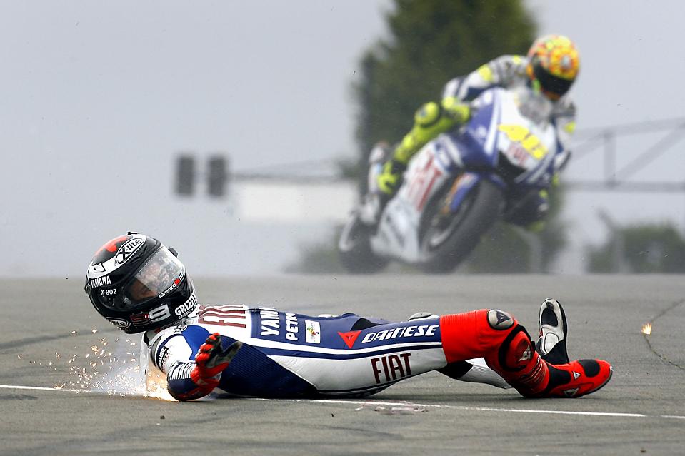 11) Гонщик команды «Fiat Yamaha» Хорхе Лоренсо скользит по трассе после падания с мотоцикла во время Британского мотоциклетного Гран-при в Донингтоне, Англия. (Associated Press)