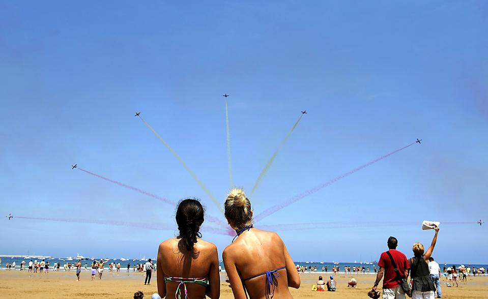 14) Зрители наблюдали за полетом самолета C-101 авиа-акробатической группы «Patrulla Aguila» испанских ВВС во время полетов над пляжем Сан-Лоренсо в испанском городе Хихон. (Eloy Alonso/Reuters)