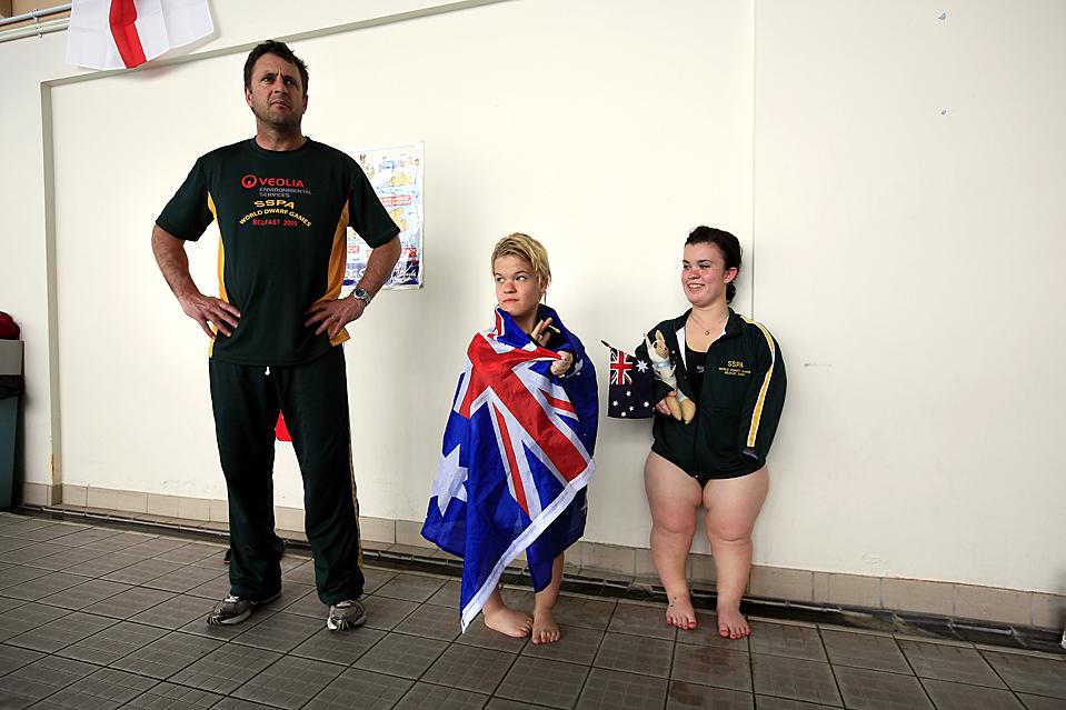 1) Австралийские спортсменки Саманта Лили (в центре) и Эрика Питер в перерыве между заплывами на Всемирных Играх Карликов в пригороде Белфаста. (Cathal McNaughton/Reuters)