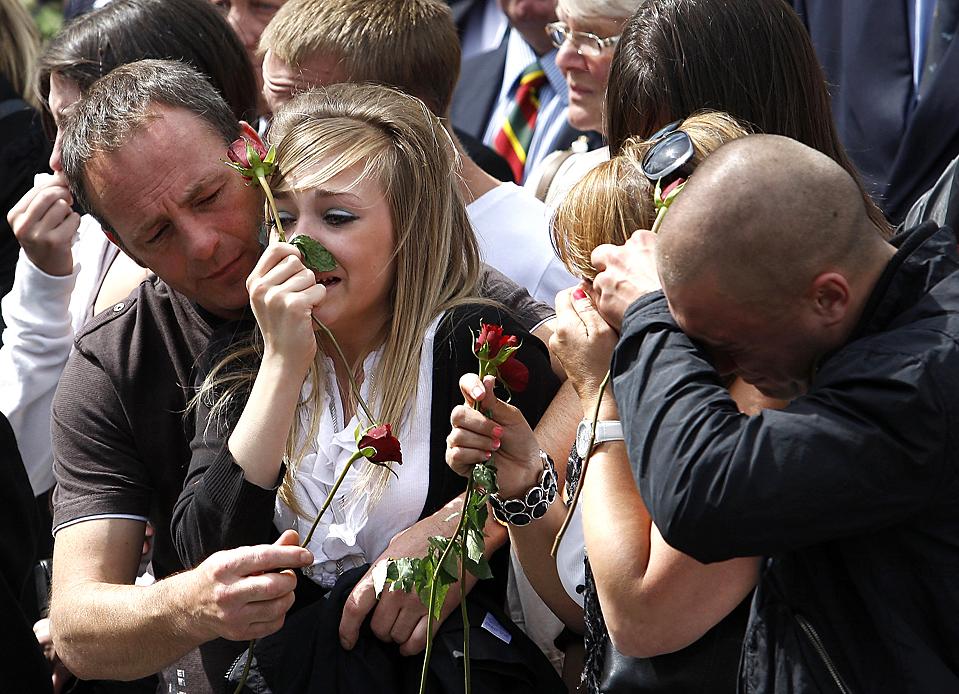 4) Родственники солдат погибших в Афганистане. Останки четырех военнослужащих доставили в английский город Вуттон Бассетт. (Andrew Winning/Reuters)