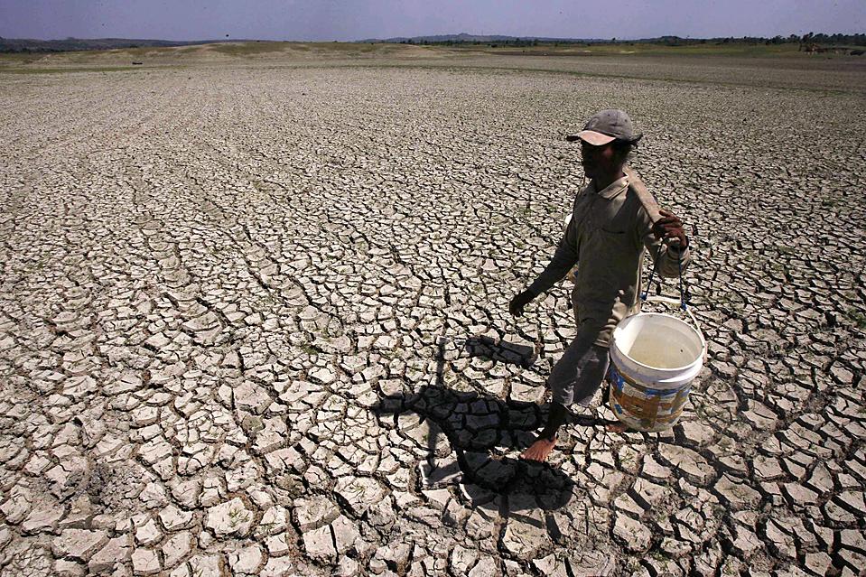 10) Недалеко от индонезийского города Ламонган крестьянин идет по дну высохшего озера в поисках воды. В этом регионе уже месяц не было осадков. (Sigit Pamungkas/Reuters)