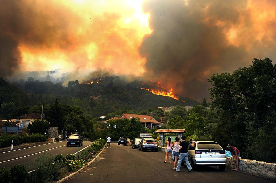 3) Плотная завеса дыма нависла над лесом в испанском городе Момбелтран. Министерство внутренних дел Испании сообщает, что три четверти территории страны находятся в состоянии «максимальной»  боевой готовности из-за лесных пожаров. (Pedro Armestre/Agence France-Presse/Getty Images)