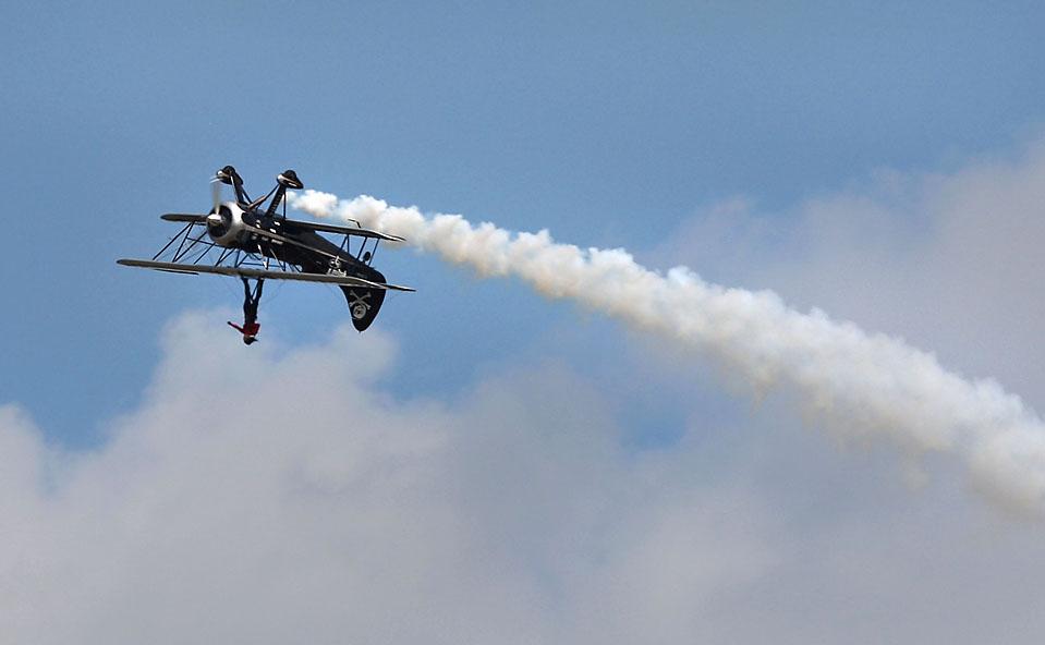 6) Пилот Кайл Франклин и каскадер Тодд Грин исполняют трюк во время ежегодного съезда Экспериментальной Авиационной Ассоциации в городе Ошкош, штат Висконсин. (Jonathan Daniel/Getty Images)