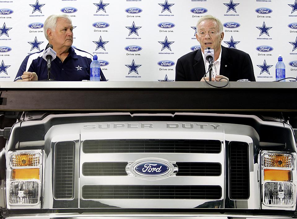 7) Главный тренер команды «Dallas Cowboys» Уэйд Филипс (слева) и владелец клуба Джерри Джонс на пресс-конференции в Сан-Антонио. Команда планирует начать летние тренировки на стадионе «Alamodome» в Сан-Франциско.  (Eric Gay/Associated Press )