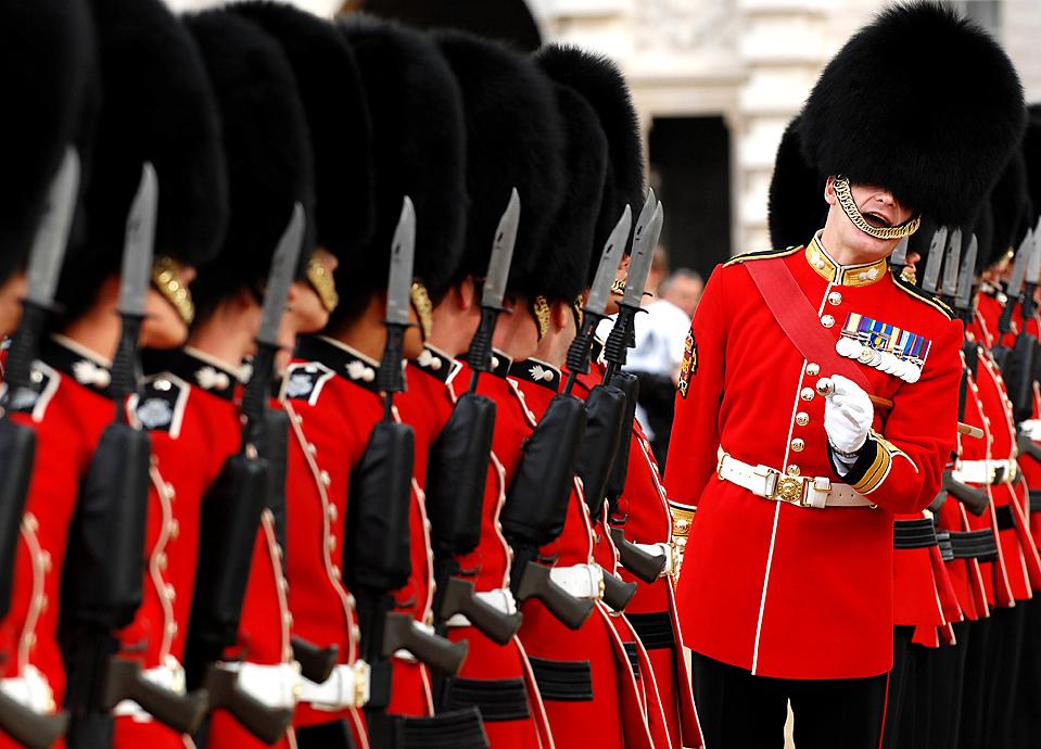 9) Старшина полка выстраивает в линию военнослужащих Гвардейского гренадерского полка перед инспекцией на большом параде Конной Гвардии в Лондоне. (Sgt. Ian Houlding, Ministry of Defence via Associated Press)