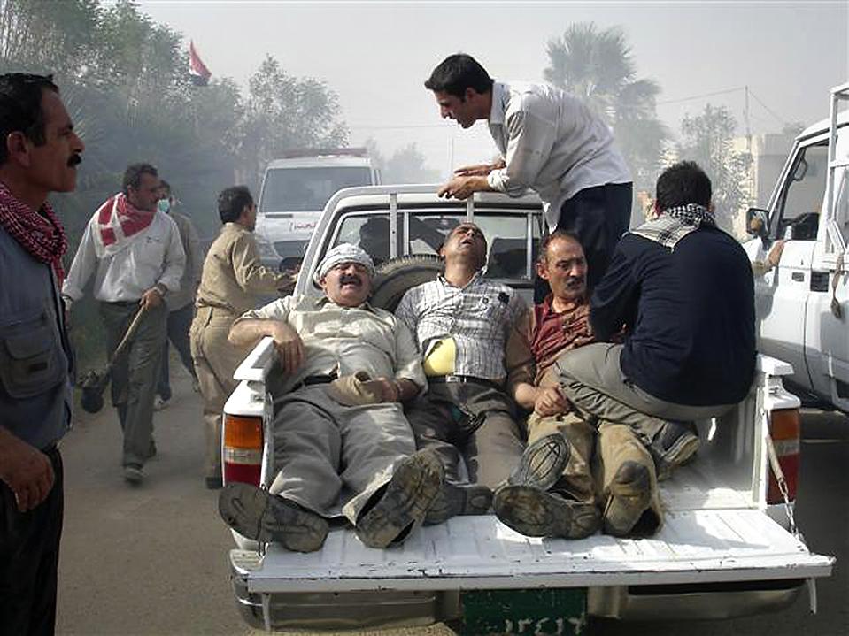10) Раненные демонстранты были доставлены в больницу после столкновений с иракскими военными в лагере Ашраф на севере Багдада. Иракские войска ворвались в лагерь, в котором находится одна из иракских оппозиционерских групп. В результате столкновений погибли семь человек. Власти отрицают какие либо человеческие жертвы. (National Council of Resistance of Iran via Reuters)