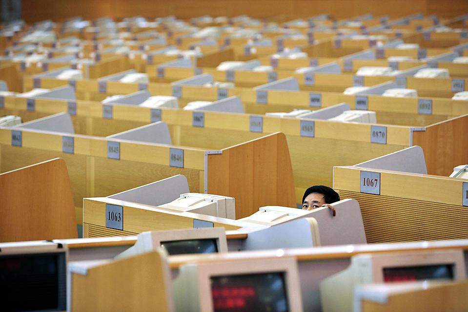 11) Мужчина смотрит на электронное табло на Шанхайской фондовой бирже, расположенной в деловом районе Шанхая Lujiazui. Основной финансовый индекс снизился на 5% после того, как двум государственным банкам было предложено ограничить кредитование. (Aly Song/Reuters)