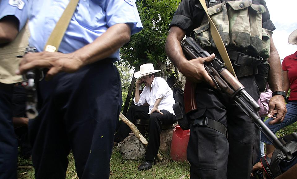 13) Свергнутый президент Гондураса Мануэль Селая (в центре) разговаривает по телефону, ожидая свою жену на ферме неподалеку от границы Никарагуа и Гондураса. США аннулировали визы четырех представителей нового правительства де факто Гондураса (Oswaldo Rivas/Reuters)