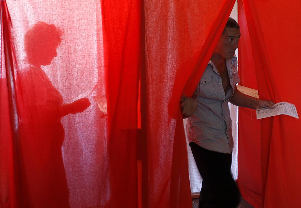 14) Граждане Молдовы участвуют в парламентских выборах. Правящая партия пророссийских коммунистов конкурирует с либеральными партиями, которые выступают за улучшение отношений с Западом. (Gleb Garanich/Reuters)