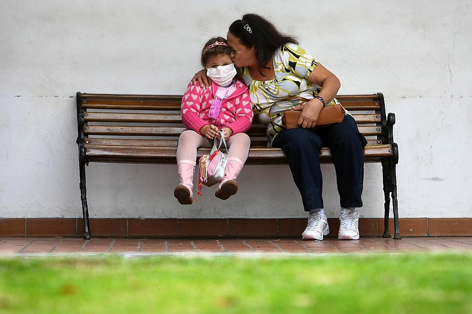 16) Девочка с симптомами гриппа ожидает приема в больнице Осаску, Бразилия. (Mauricio Lima/Agence France-Presse/Getty Images)
