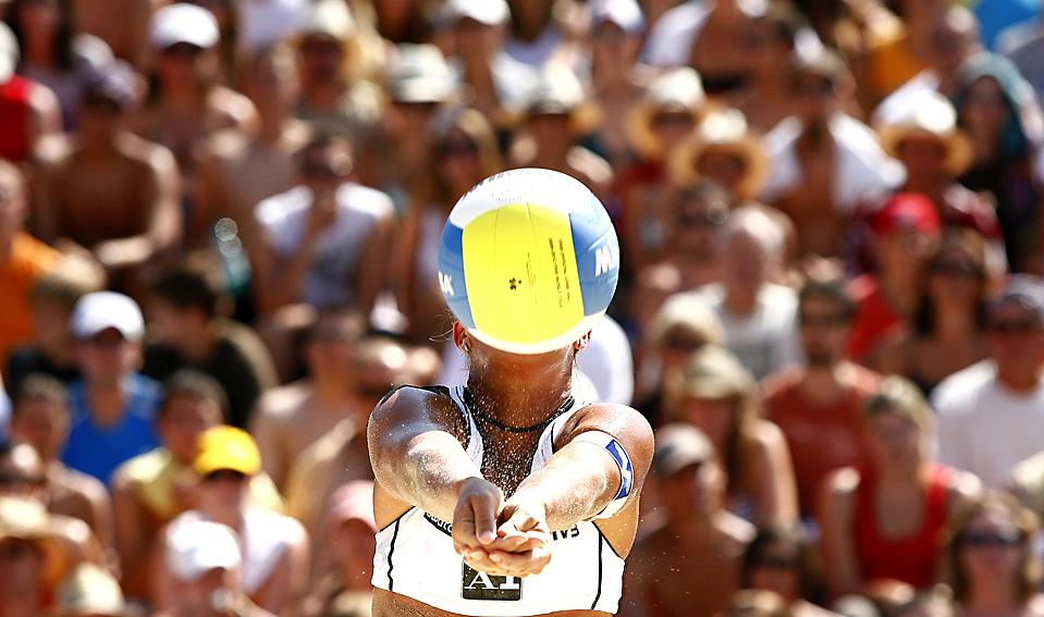 4) Австрийка Сара Монтаньолли отбивает мяч во время матча против Бразилии на чемпионате по пляжному волейболу Большого шлема FIVB в Клагенфурте, Австрия. (Dominic Ebenbichler/Reuters)