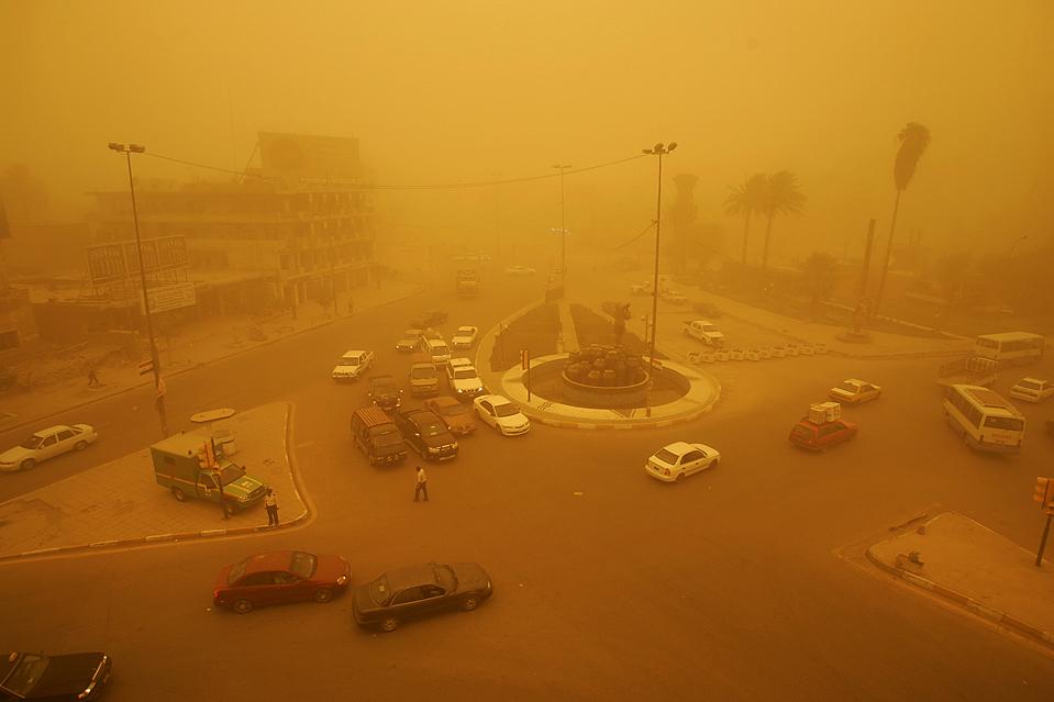 8) Песчаная буря на площади Кахмарана в Багдаде. (Saad Shalash/Reuters)