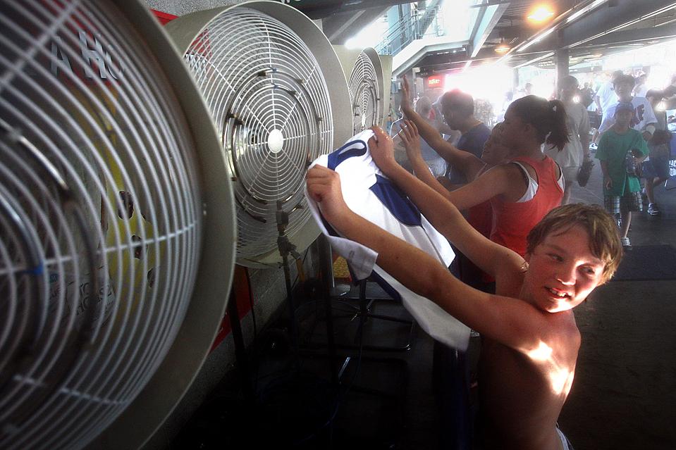9) 11-летний Брайдон Кингбейл из Канады у охлаждающей станции в Сиэтле во время игры «Mariners» против «Toronto Blue Jays». (John Lok/The Seattle Times via Associated Press)