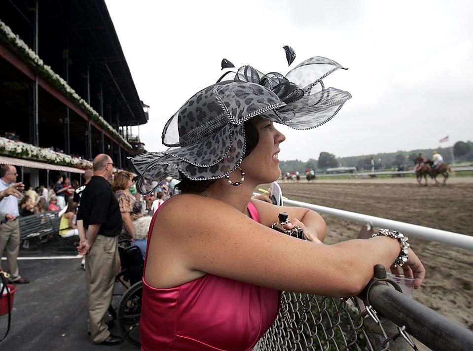 11) Маргарет МакКью, из города Рексфорд, штат Нью-Йорк, наблюдает за Саратогскими скачками в Саратога-Спрингс, штат Нью-Йорк, в среду. (Mike Groll/Associated Press)
