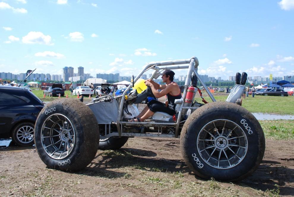 17) После пятничного ливня по территории выставки проще всего можно было проехать только на таких автомобилях