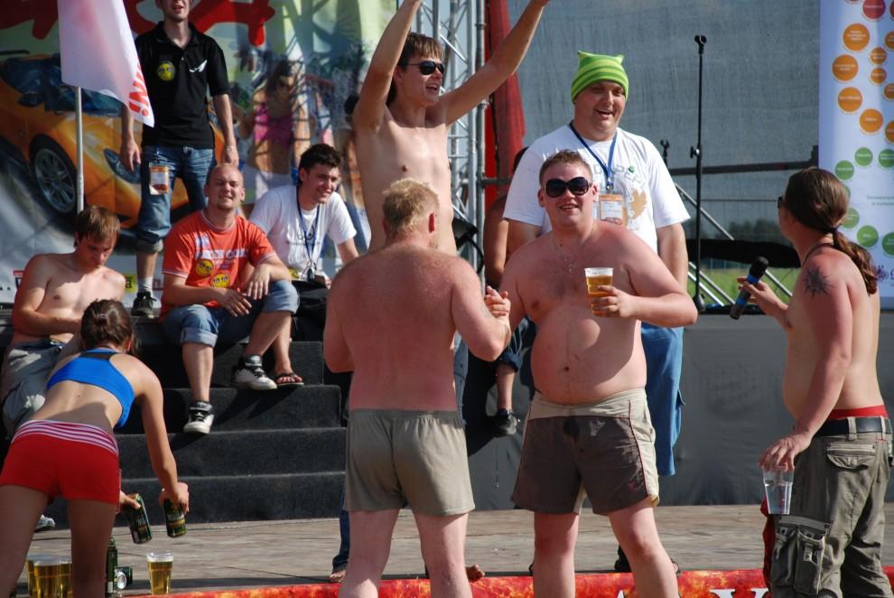 28) Эти два крепыша – финалисты конкурса «Мистер АвтоЭкзотика 2009» учавствуют в завершающем этапе под названием ЛитерБол