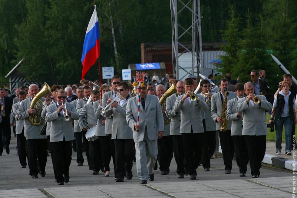 10) В продолжении колонны следовали уже более зрелые оркестранты.