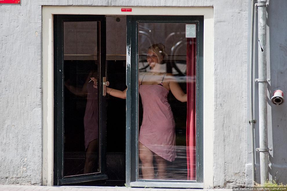 7) Среди шести тысяч амстердамских проституток можно встретить женщин из любых стран. Главную скрипку в этом оркестре плоти, играют и нынче жительницы стран Восточной Европы - чешки, польки, украинки.
