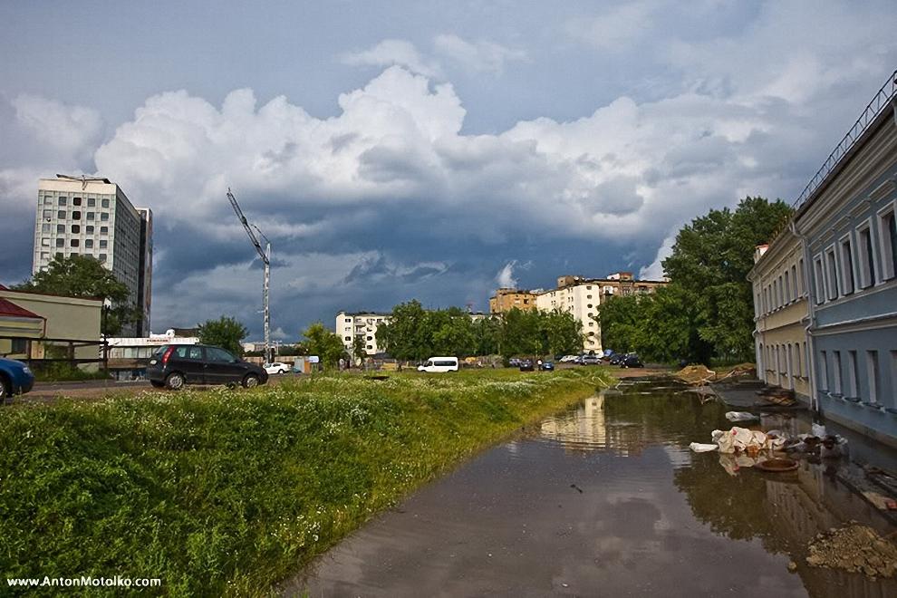 9) Вода просто по полю текла в Свислочь, которая тоже успела выйти из берегов.