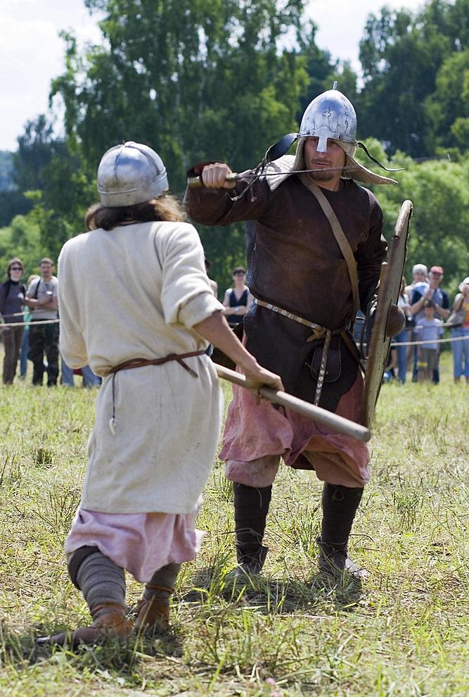 Поединок двух дружинников – один  из них с мечом, другой-с боевым топором.