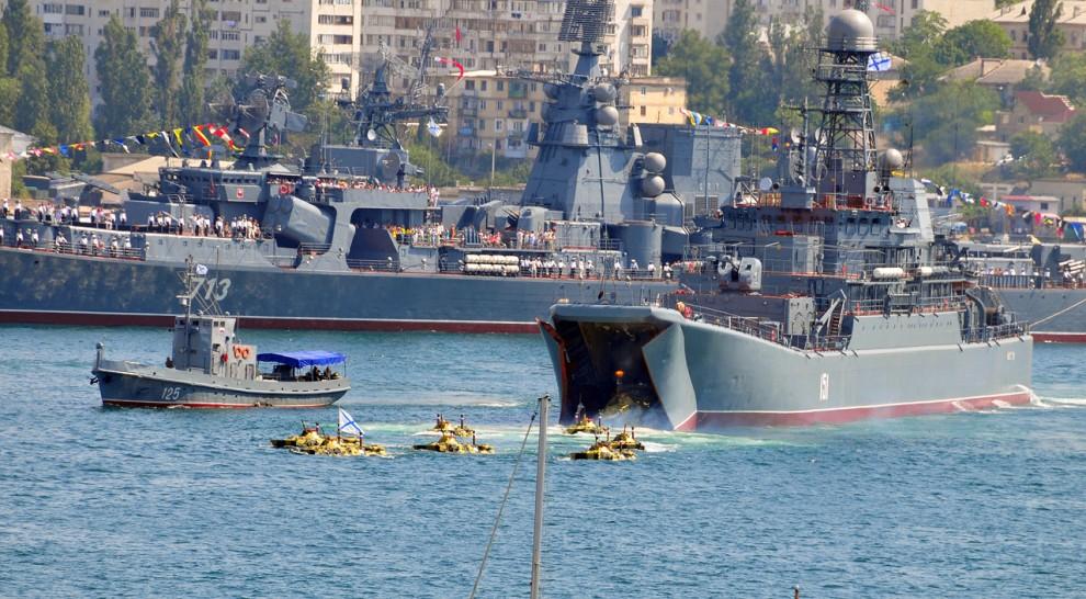 """12) Тем временем к середине бухты поткатывает большой десантный корабль """"Азов"""" и начинается самое интересное - высадка десанта у него из носа. Выплывающие БТРы ведут стрельбу."""