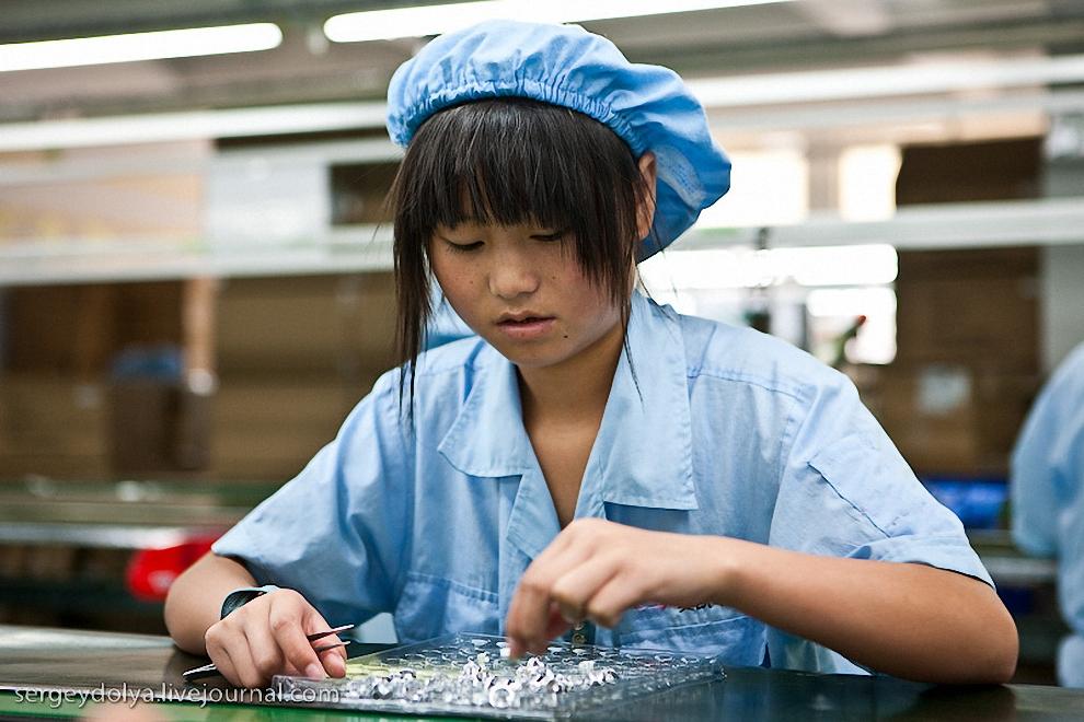 12) Работница сортирует готовые изделия по формам.