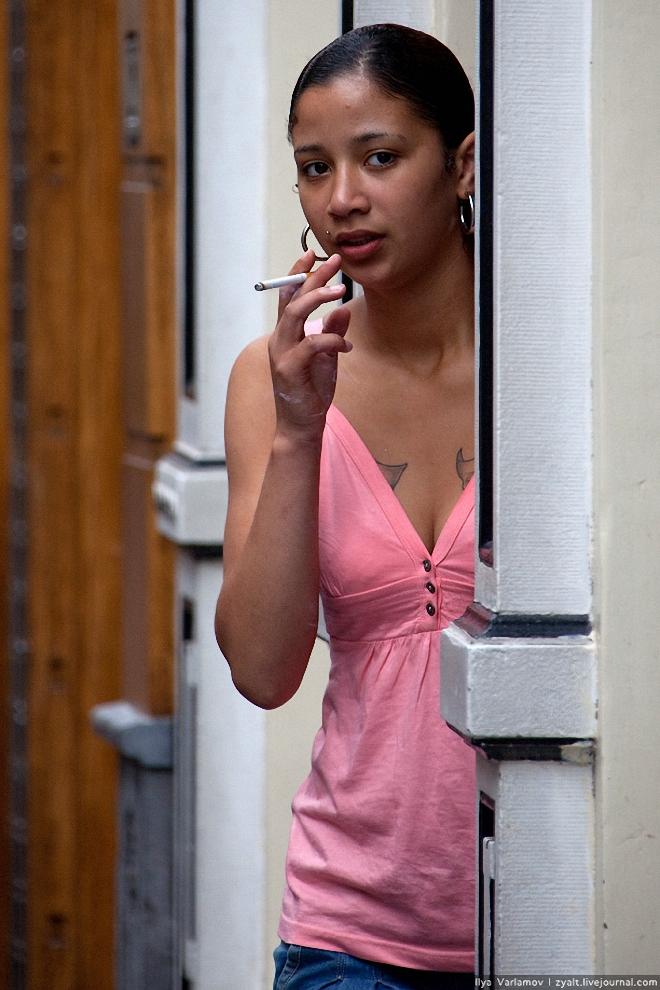9) Одна из девушек вышла покурить, и была сразу сфотографирована. Пришлось скрываться от нее бегством. Судя по отзывам, разбивают камеры и кидают туристов в канал чаще всего девушки.