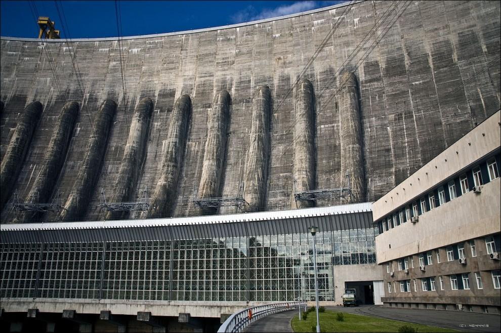 12) Для этого достаточно позвонить на ГЭС и договориться об экскурсии. Желательно договариваться заранее, так как в любом случае будет необходимо согласование со службой безопасности.
