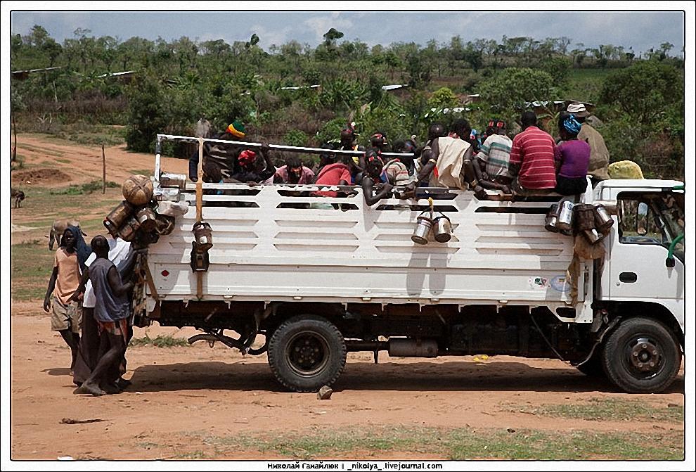 13) У некоторых есть возможность доехать на грузовике до рынка. У кого такой возможности нет - идут пешком.