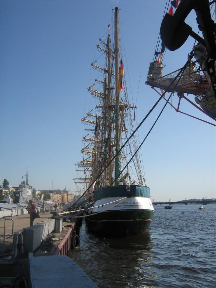 13) Alexander von Humboldt был спущен на воду в 1906 году в г. Зондербург, однако, большую часть времени судно провело в качестве «плавучего маяка» под названием «Kiel» на североморском побережье Германии.