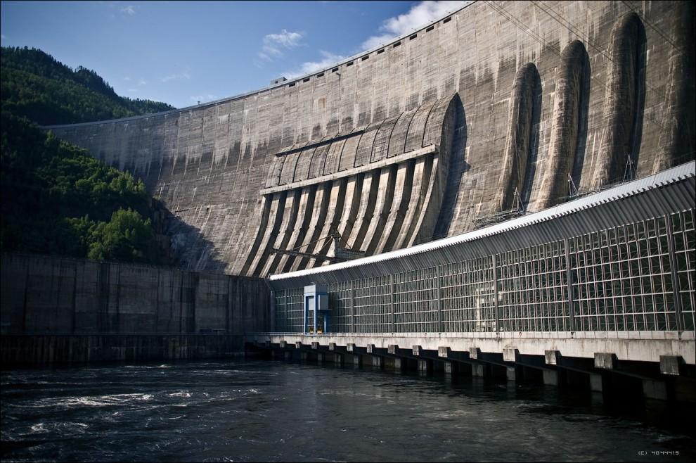 """13) В поселке энергетиков Черёмушки, расположенном в 2 км от ГЭС можно остановиться в гостинице """"Борус"""". От поселка до ГЭС ходит трамвай."""