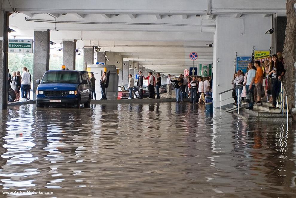 12) Очевидцы сообщают, что на проезжей части улицы Железнодорожной, по направлению к железнодорожному вокзалу, подземные воды повредили дорожное полотно. В промоину провалился грузовой автомобиль КАМАЗ.