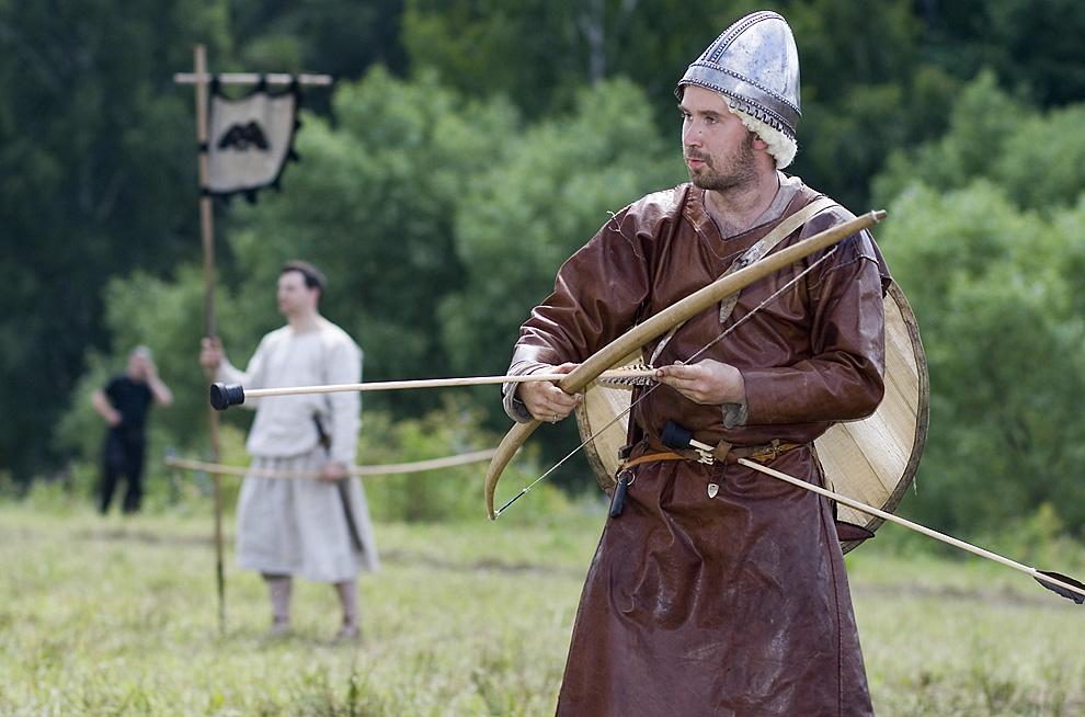 Лучник в историческом костюме