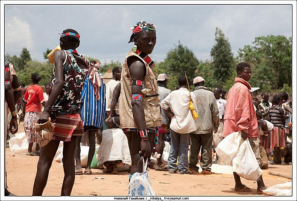 14) Сочетание современной и традиционной одежды режет глаз, но традиционно для Эфиопии, одной из беднейших стран.