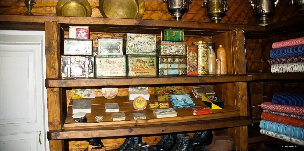 14) В сувенирных лавках можно приобрести продукцию музейных мастеров, а также народных умельцев и профессиональных художников Южной Сибири.