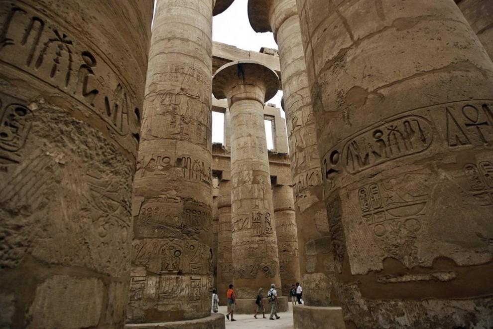14) Туристы осматривают колонны, украшенные иероглифами, у Карнакского храма в Луксоре. Лишь немногие достопримечательности Египта смогут сравниться с Карнакским комплексом в величии колонн, обелисков, стел и украшенных камней. (Khaled Desouki/AFP - Getty Images)