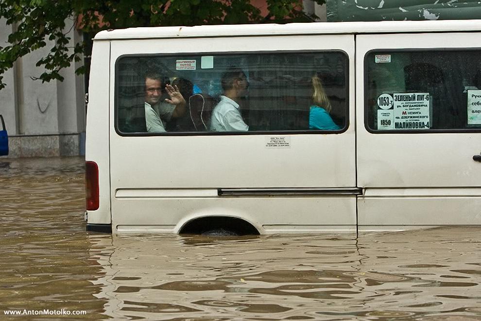 13) Службы такси перегружены заказами, но часто автомобили не могут приехать по вызову.