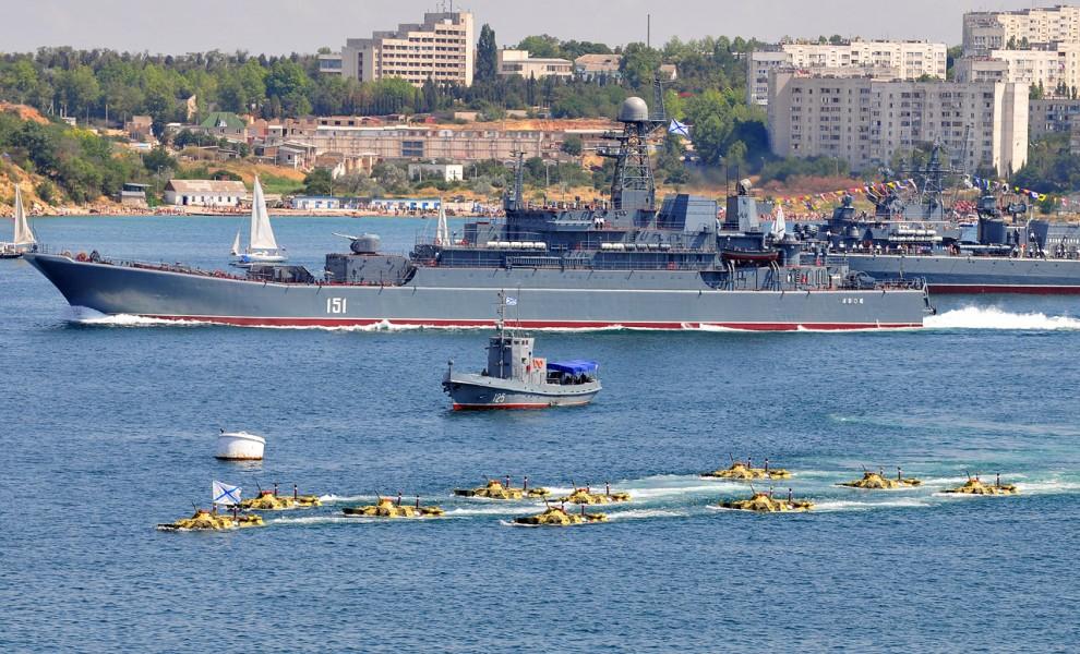 """14) """"Азов"""", успешно отпустив БТРы, двинулся вслед за всеми остальными кораблями в открытое море."""