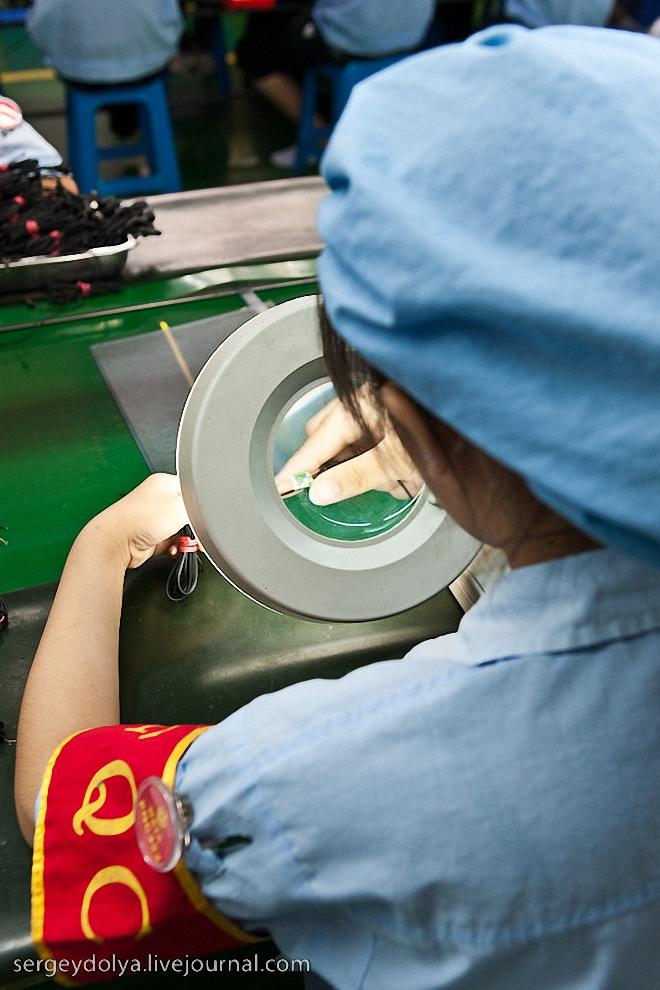15) В конце каждого конвейера 100 процентов продукции проверяется сотрудниками отдела контроля качества. Их легко определить по красным повязкам.