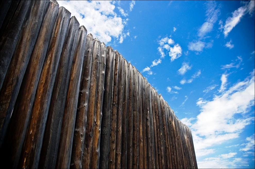 16) Старая тюрьма-острог расположена неудобно среди других построек. Снять обзорно её снаружи невозможно, несмотря на то, что строение интересное.