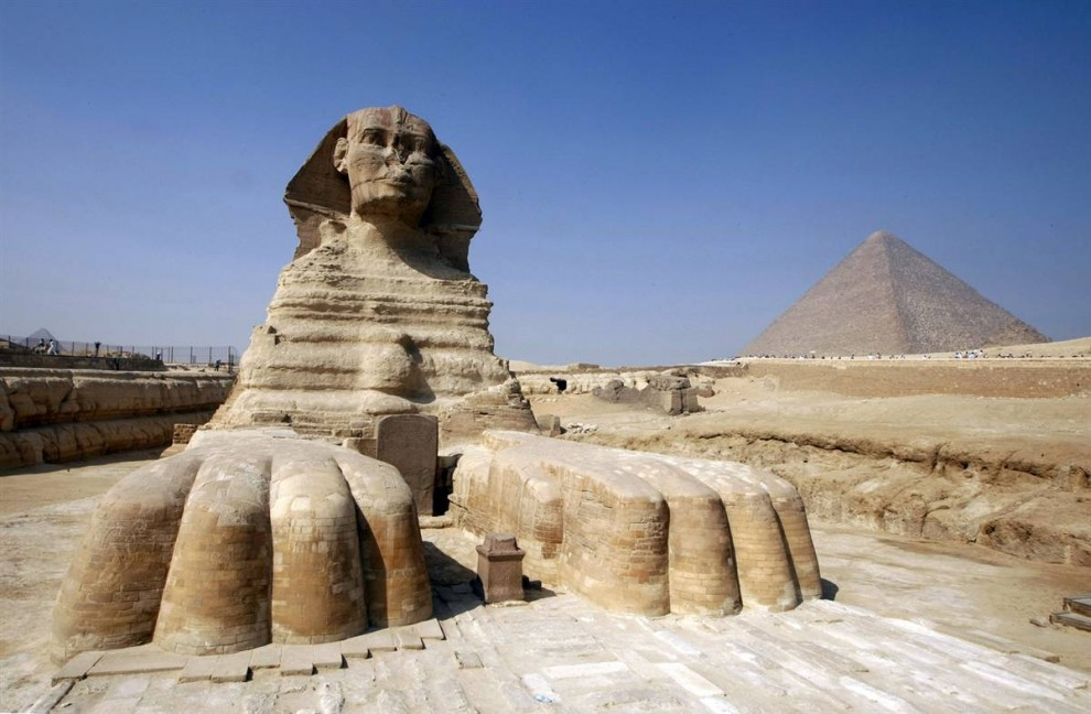 2) Сфинкс Гизы – огромная фигура существа с туловищем льва и головой человека располагается на западном берегу Нила рядом с Каиром. На фотографии на заднем плане мы видим пирамиду Хефрена.  Великий Сфинкс – это самая большая каменная статуя на земле. Считается, что она была создана древними египтянами в третьем тысячелетии до нашей эры, примерно между 2520  и 2494 гг. до н.э.(Cris Bouroncle/AFP - Getty Images)