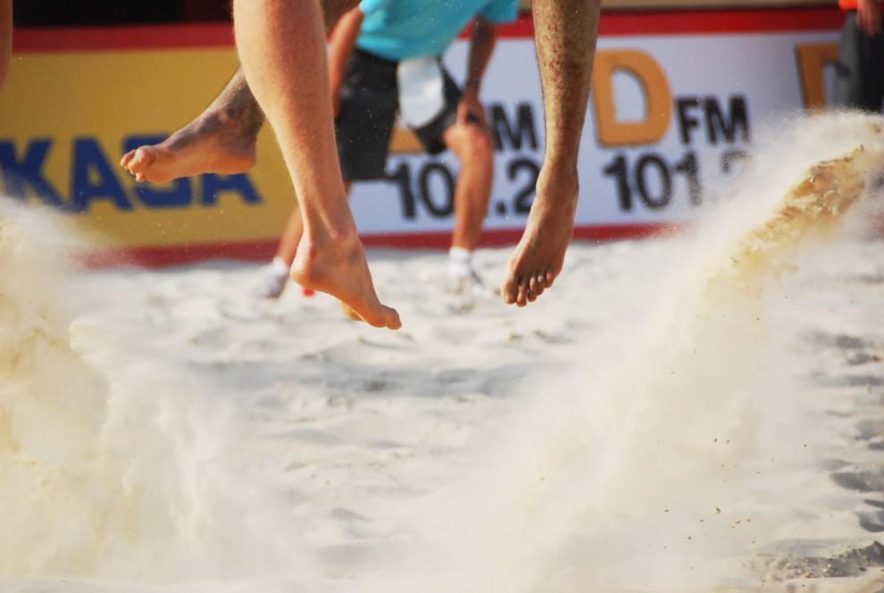 Волейболисты в прыжке.