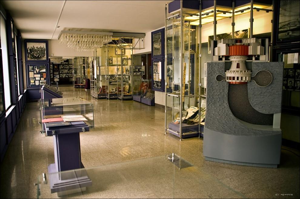 14) Музей при СШГЭС. Модель, показывающая принцип работы гидроагрегата.