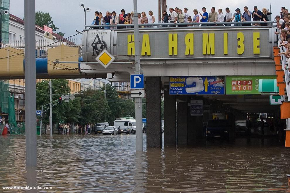 16) Под мостом путевой развязки на проспекте Дзержинского глубина воды достигает пояса.