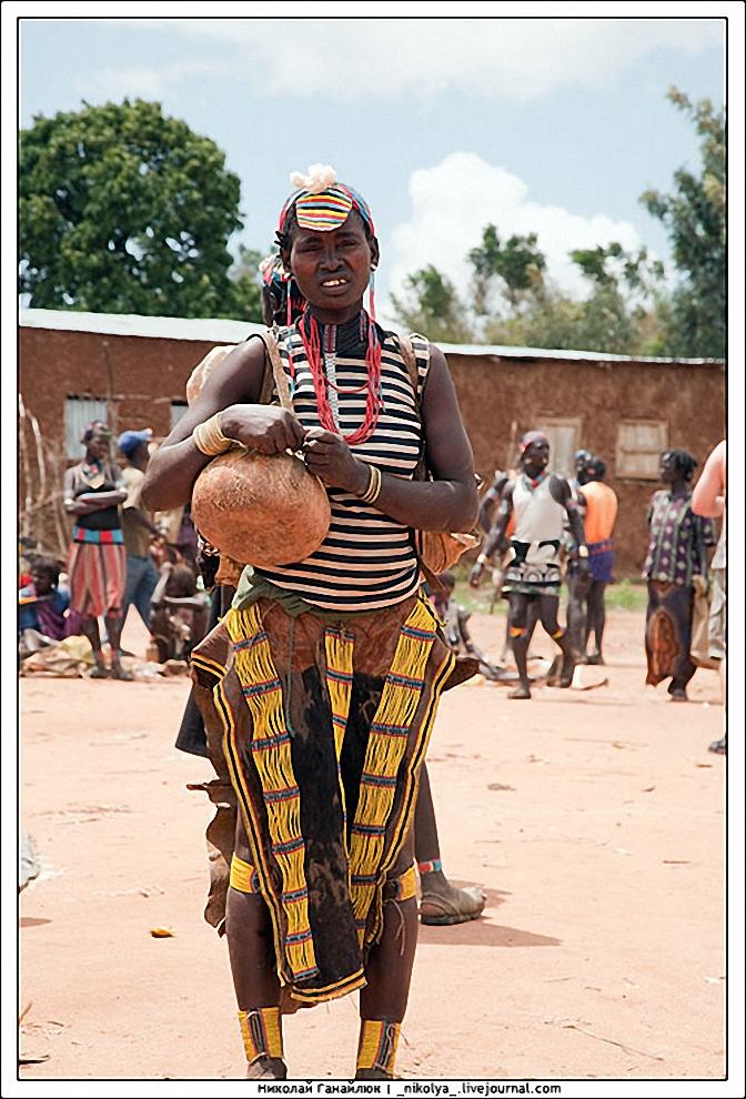 17) Некоторые приходят на рынок почти полностью в традиционной одежде, за исключением матроски.